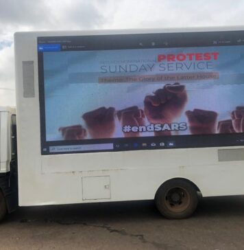 [PHOTOS] ENDSARS Protesters Holds Sunday Service Outside Lagos State Govt House