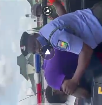 #EndSARS VIDEO: Horrifying Moment Policeman Choking Up A Man in Abuja