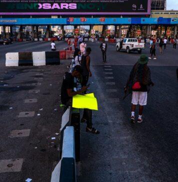 #SARSMustEnd: Protesters Shut Down Lekki Toll Gate (VIDEO)